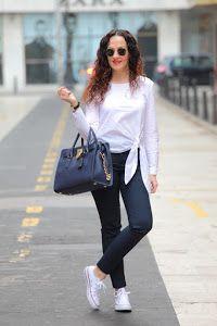 La comodidad y la tendencia van de la mano en este look con camisa anudada y deportivas.