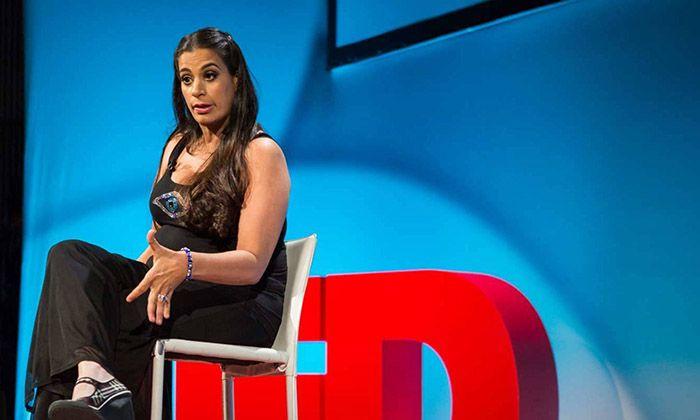 """Comediante, escritora e atriz, a árabe-americana Maysoon Zavid tem paralisia cerebral. Mas para ela, PC (paralisia cerebral) não é uma doença genética, nem nada. Um acidente, muitas vezes erro médico. No entanto, ela não se abala, consegue rir de todos seus problemas e, com bom humor, enfatiza """"Eu tenho 99 problemas, e PC é apenas...<br /><a class=""""more-link""""…"""
