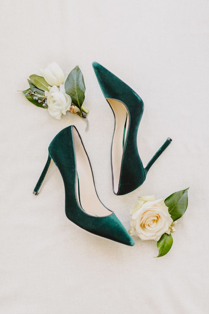 Emerald green velvet shoes | Photography: L Hewitt Photography