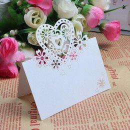 Flotte bordkort i perlemor farve med hjerter og blomster som mønster. Perfekte til dit festbord til bryllup, barnedåb, fødselsdag og konfirmation.