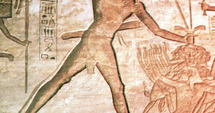 Qual é o significado da arte egípcia?. A arte do antigo Egito é envolta em simbolismo, cada imagem e ícone representados contêm um significado divino. A arte egípcia mais antiga data do oitavo milênio a.C., mas é o período faraônico que tem os símbolos mais familiares. Os hieroglifos, que decoram as paredes das grandes pirâmides, contam a história das antigas crenças e mitologia ...