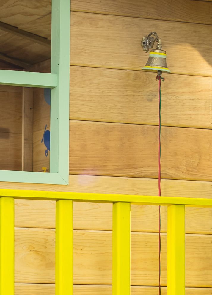 Agrega una pequeña campana a la casita de madera.