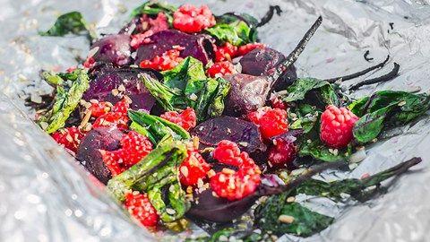 Om man inte skär råvaran i bitar finns det heller inte så många ställen där smak och saft kan läcka ut, det gäller både kött och grönsaker.