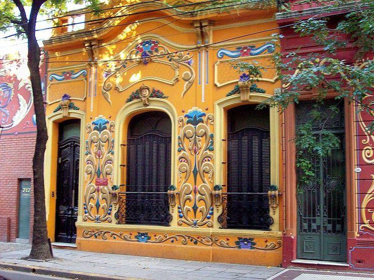 """FILETEADO PORTEÑO: Buenos Aires, calle Jean Jaures 715 (""""Paseo del Filete"""") frente pintado por Mariano Miguel Capiello."""