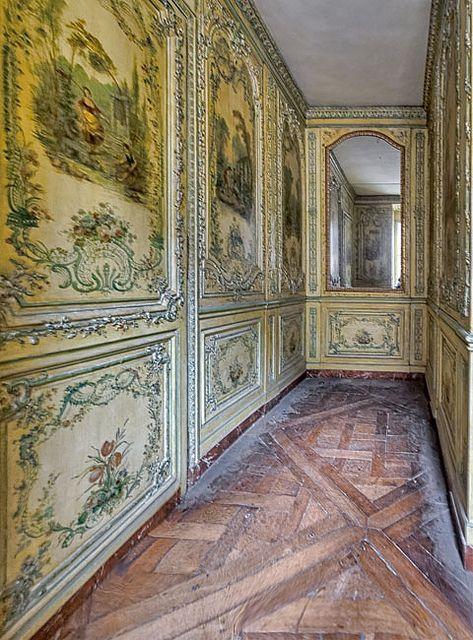 Versailles , Cabinet des poètes . Cette pièce miniscule est une exception à Versailles , la seule décorée de panneaux peints en vernis Martin , une technique destinée à remplacer la laque .
