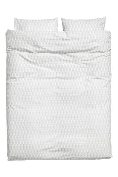 Double duvet cover set with an all-over print on fine-threaded cotton in 30s yarn with a thread count of 144. The duvet cover fastens at the bottom with con