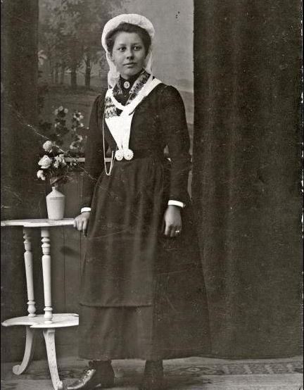 Klederdracht van het Weeshuis der Hervormden hier gedragen door Pietje Margaretha Johanna van der Tholen, geboren te Schiedam 28.04.1898. #wezen #ZuidHolland #Schiedam #hervormd