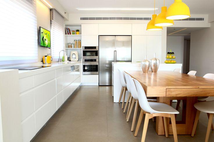 הם רצו דירה מודרנית ונקייה מצבעים, אבל הבינו שנגיעות קטנות של צהוב, ירוק וכחול רק יוסיפו ויעשירו את האווירה בבית. תראו