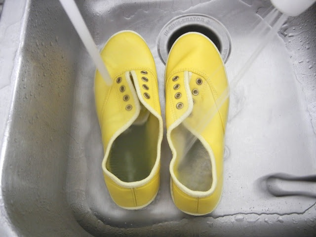 Canvas shoes in yellow.: Canvas Shoes, Good Ideas, Crafts Ideas, Sweet Verbena, Summer Shoes, Shoe Makeover, Comforter Shoes, Shoes Makeovers, Dyes Shoes