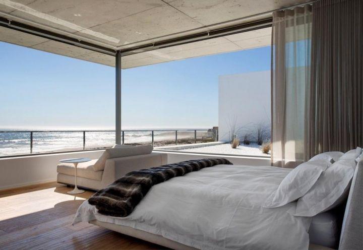 La relazione tra interno ed esterno è stretta e vitale nel progetto sud africano di Pearl Bay Residence. La camera da letto matrimoniale, con ampie vetrate sull'Oceano, è un tutt'uno con la terrazza-solarium posta a fianco