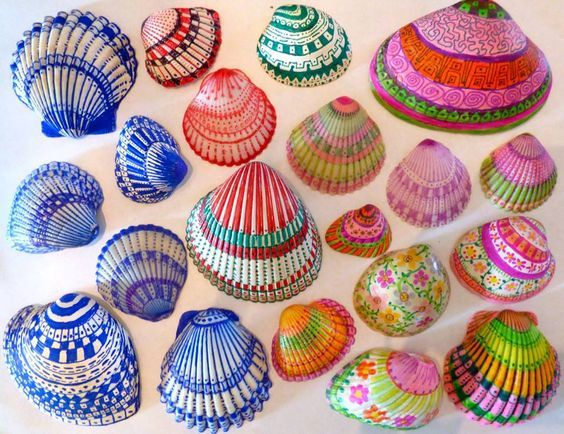 Peindre des coquillages ramassés sur la plage: