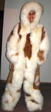 Babyalpaka #Damen #Pelzoverall mit Kapuze. Ein kompletter Overall mit einer Kapuze aus kuschlig weichem  Babyalpaka Pelz. Samtweiches, seidig schimmerndes Fell gibt Ihnen die perfekte Wärme in kalten Wintertagen.  Unsere Overalls werden handgenäht aus ausgesuchten Fellen.