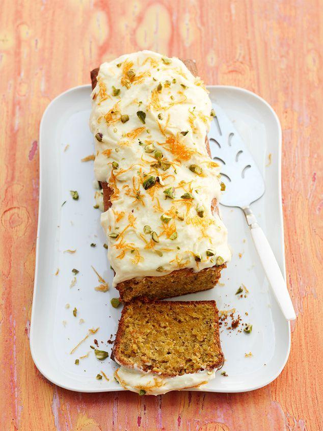 Wortelcake met pistache ///  Nu kopen:  9 middelgrote bospenen, 125 g ongezouten pistachenoten, 4 eieren, 100 g lichtbruine basterdsuiker, 200 ml zonnebloemolie, 125 g fijne kristalsuiker, 300 g bloem, 1, 5 tl gemalen kaneel, 8 g bakpoeder (1/2 zakje), 1/2 tl zout, glazuur:, 125 g boter, 250 g roomkaas, 50 - 75 g poedersuiker, 1 wortel, 50 g fijne kristalsuiker, extra: rasp, mixer, 25 cm cakeblik