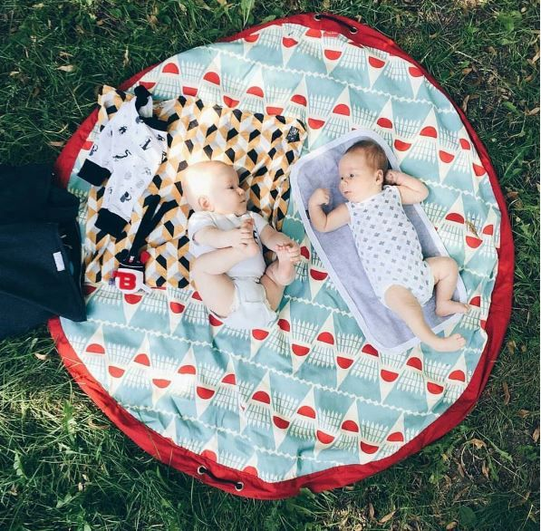 All we need for a perfect picnic is our Play&Go toy bag that becomes a playmat and a few delicious snacks! Ready!