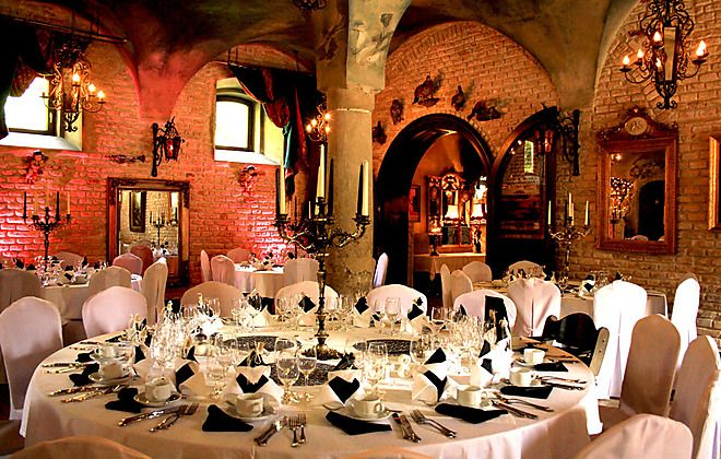 Das Schloss Oberndorf bei Augsburg ist mit seinen romantischen Gärten und mittelalterlichen Sälen nicht nur perfekt für Hochzeiten, sondern auch für Dinner Partys und Tagungen. #OLAW #Hochzeitslocation #Schloss