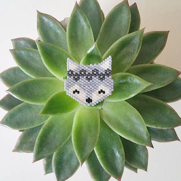 Renarde dans les tons de gris et sa jolie couronne de fleurs. Merci à @lesptitsbonheursdemamzellelulu pour le modèle. #jenfiledesperlesetjassume #miyuki #perlesaddict #renard #brickstitch
