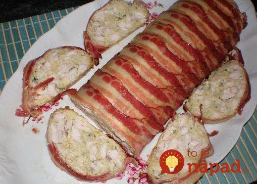 Slaná roláda z kuracieho mäska, syra a smotany, v chrumkavom slaninovom kabátiku.
