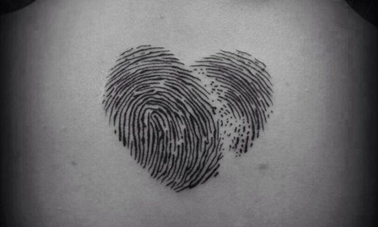 Los tatuajes de huella dactilar son una bonita forma de representar un compromiso o un homenaje a un familiar o ser querido. Un tatuaje muy curioso.