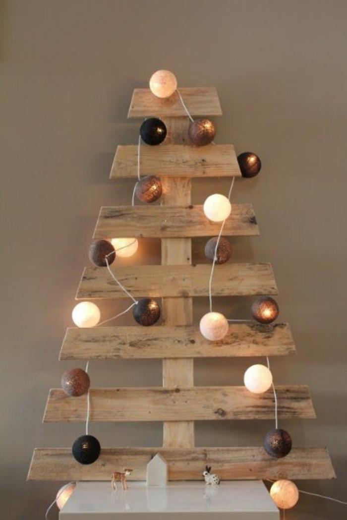 arbre de noel, sapin de noel en palette avec boules lumineuses