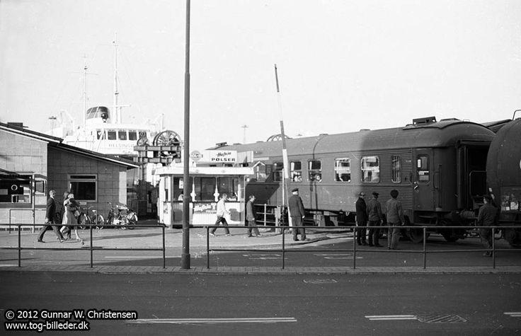 SJ vogn rangeres fra M/F Helsingør i Helsingør 1970
