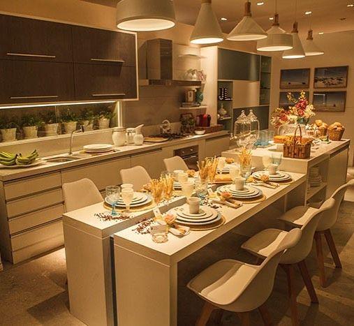 Uma cozinha cheia de vida para reunir a família! Adorei a disposição da mesa em formato de ilha apoiado em um aparador lateral! Por Joyce Stela e Leonardo Dias na Mostra @todeschininatal e @almocodesexta ________________________________ Acompanhem nossos projetos no @depaulaenobrega