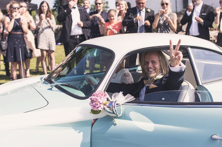WEDDING COUPLE PHOTOGRAPHY - inspiration - old car - volkswagen - guests blowing soap bubbles - alternative wedding photo - bride and groom - just married