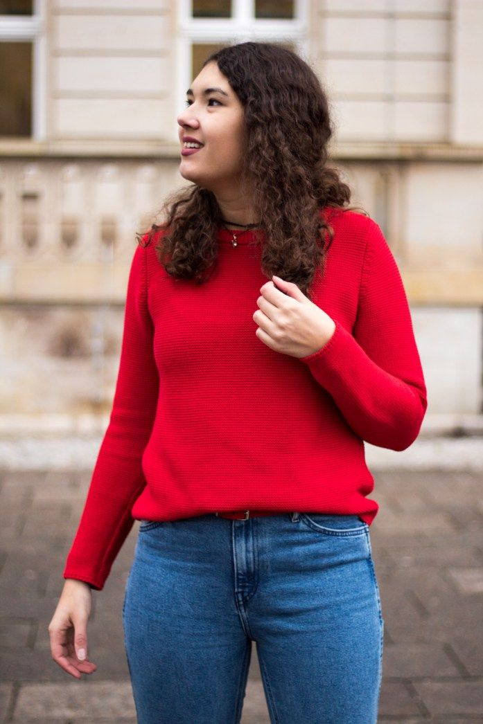 Die Trendfarbe Rot im Casual Look: Outfit mit rotem Pulli