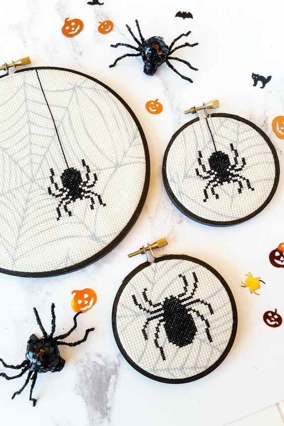 Free Halloween cross stitch pattern - spooky spiders #crossstitch #halloween #halloweencrossstitch #halloweencraft #embroideryhoop