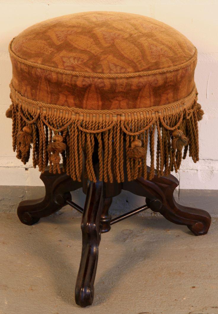 Mahagoni Klavierhocker Epoche : Louis Philippe Holzart : Mahagoni Maße : Höhe 53 cm, Breite 40 cm, Tiefe 40 cm, Sitzfläche 40 cm x 40 cm Kennung : Nr. 2018