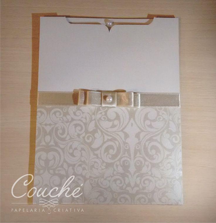 Convites de Casamento. Branco com impressão especial, laço e pérola. Papel Aspen Branco Perolado 250g. couchecriativa@gmail.com
