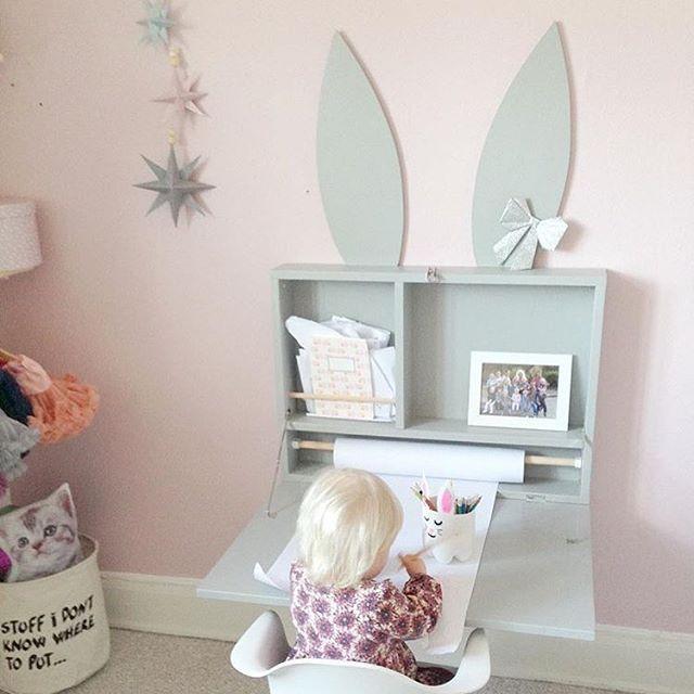 Det här underbara lilla bordet är både fint och smart! Så praktiskt, speciellt om man har ett litet rum, att man kan fälla upp det när man vill leka istället   Credit: @oliviaslilleverden