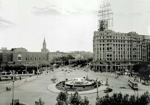 La Plaza de Basilio Paraíso con el arranque del Paseo de Sagasta (entonces General Mola). Hacia 1950-1960.