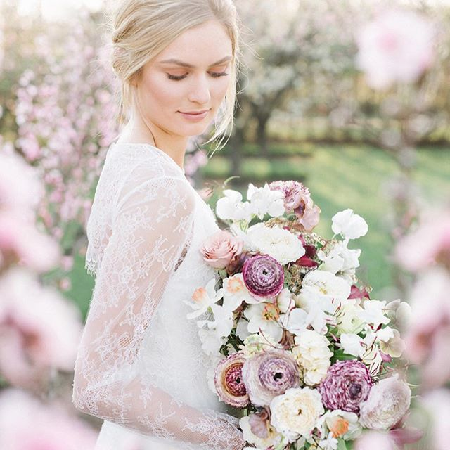 When the digital looks this dreamy, you know I can't wait to see the film!! Thanks to such an incredible team for helping put together my 1:1 mentoring session yesterday with @tarabieleckiphotography!   Florals and styling - @hintofchic  Makeup - @805makeup  Hair - @glambytaryn  Gown - @floravere  Calligraphy - @seniman_calligraphy   Jewelry - @susiesaltzman   Shoes - @bellabelleshoes  Models - @hellogorgeousmodels   Venue - @kestrelpark