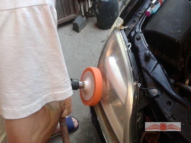 Polishing Headlight Of Opel Vectra