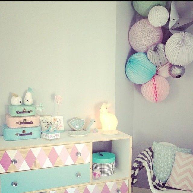 Une chambre toute en pastels chez audrey.lilarose on Instagram. Pastel palette for this cute nursery ✨ Sous le lampion lantennes chinoises, lampions et décorations