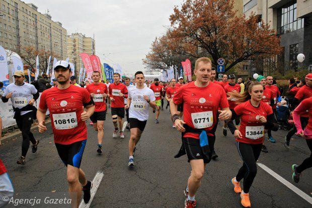 Warszawski Bieg Niepodległości organizowany jest już po raz 27. Wydarzenie to cieszy się ogromną popularnością, w tym roku pakiety na bieg rozeszły się w ekspresowym tempie. Łatwo osiągając limit 15 tys. uczestników stołeczny bieg potwierdził miano największego biegu na dystansie 10 kilometrów w Polsce. polskabiega.pl