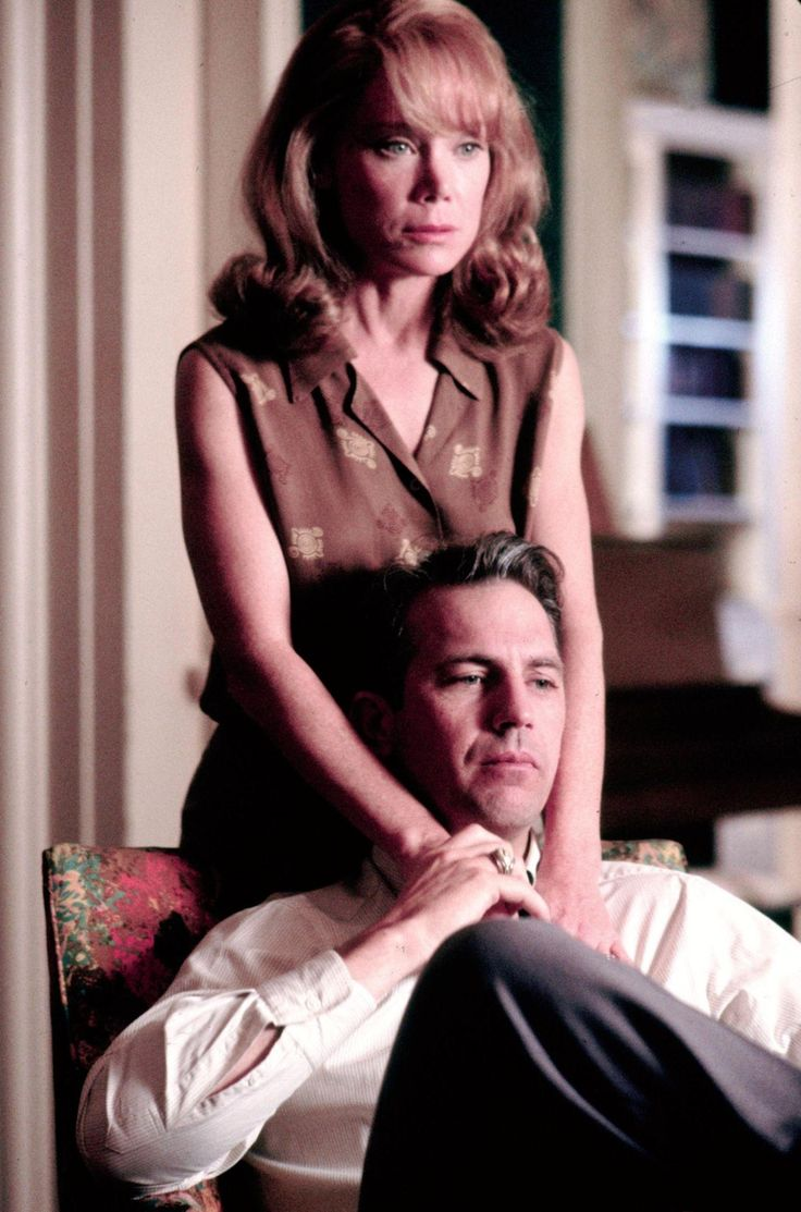 Still of Kevin Costner and Sissy Spacek in JFK (1991) http://www.movpins.com/dHQwMTAyMTM4/jfk-(1991)/still-1889317632