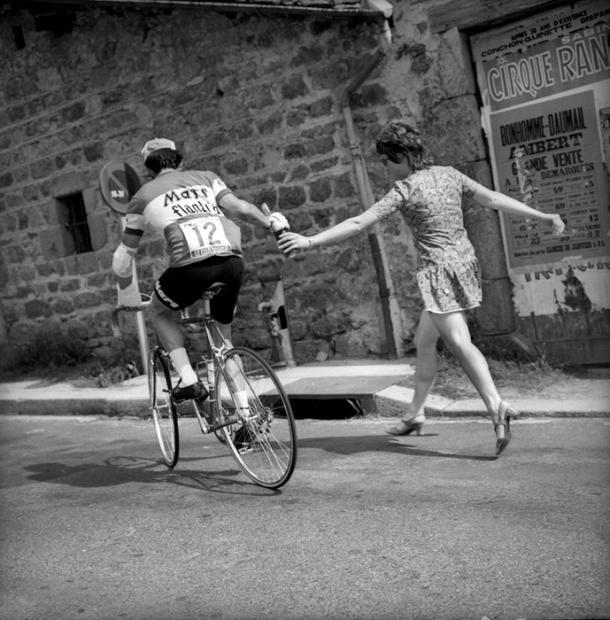 1971 6/7 rit 9 > En talons et minijupes, certaines supportrices donnent de leur personne pour aider leurs idoles, ici Roger De Vlaeminck, entre Clermont-Ferrand et Saint-Étienne