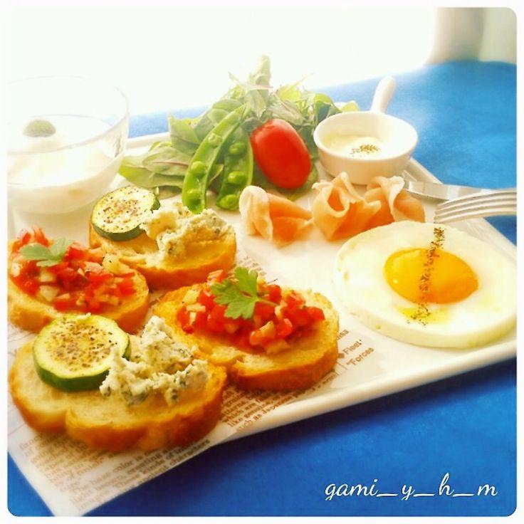 おはようございます!  今日はカフェ風のモーニングです♪  よくブルスケッタとカナッペの違いについて聞かれるのですが定義はないんですよね。。。 ・ブルスケッタはイタリア料理に属し、トーストしたバゲットにニンニクとオリーブオイルを塗り具材を乗せた料理。 ・カナッペはフランス料理に属し、具材を乗せてそのまま食べる料理。 ・では、、、クロスティーニは! イタリア料理に属すんですよね・・・ニンニクもオリーブオイルも使わない料理でレバーパテなどが乗っているのがこの類なんです。。。 何とも複雑で分かりずらいですね(笑)。  ◎トマトのブルスケッタ(ケッカ) ◎ブルーチーズとズッキーニのカナッペ  ブルスケッタ、カナッペともにバゲットは1.5㎝程度の厚さが美味しいですね♪ 簡単ですがオシャレなカフェ飯、一応レシピ乗せておきます!