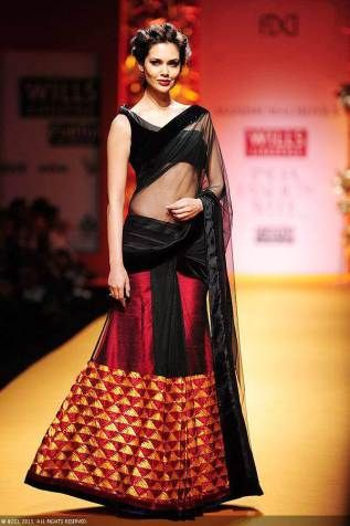The-gorgeous-Esha-Gupta-showcases-a-creation-by-designer-Manish-Malhotra-simple-black-lehenga-red-choli-