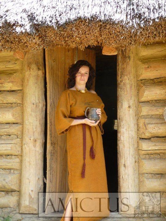 Próba rekonstrukcji ubioru kobiety z kultury Otomani-Füzesabony (epoka brązu), wykonana z ręcznie tkanej i naturalnie farbowanej wełny. Wzory zdobień na sukni zaczerpnięte zostały z ornamentów na ceramice charakterystycznej dla tej kultury. Rekonstrukcja wykonana na potrzeby ekspozycji stałej w Skansenie Archeologicznym w Trzcinicy.  Fotografie udostępnione przez Skansen Archeologiczny w Trzcinicy (www.karpackatroja.pl)