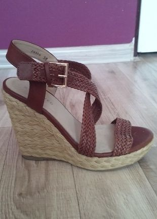 Kup mój przedmiot na #vintedpl http://www.vinted.pl/damskie-obuwie/sandaly/13411507-sandalki-brazowe-na-koturnie-reserved
