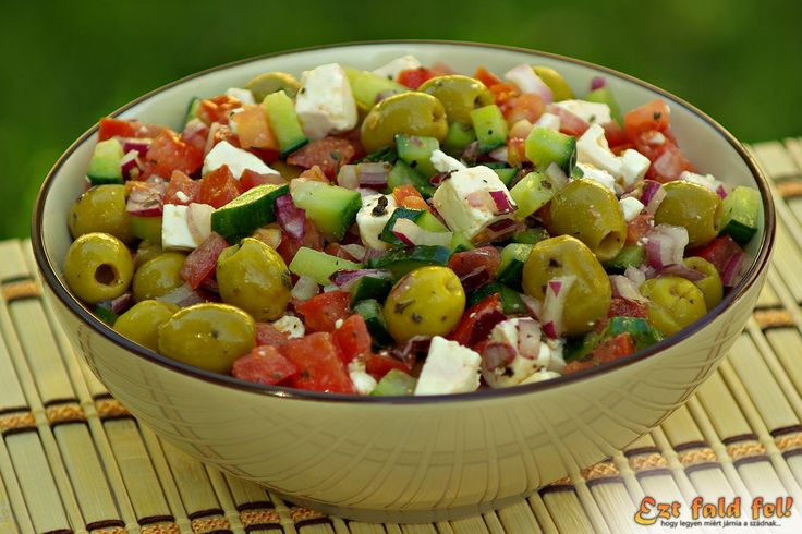 Mint ahogy minden ételnek, a görög salátának is többféle változata, mert ki így készíti, ki úgy. Nem is lehet ezt felróni senkinek, hiszen ahány ház, annyi szokás, ízlések, és pofonok... De ebben nekünk az igazi, hamisítatlan görög saláta recept vált be. A férjem imádja! Gyakran készül nálunk, mert szerintem nincs is olyan étel, amihez ő ne tudná elképzelni a görög salátát. Nálam például ilyesmi kategóriába tartozik a túró rudi... (Egy zsemlét félbevágunk, rakunk rá egy-két szelet…