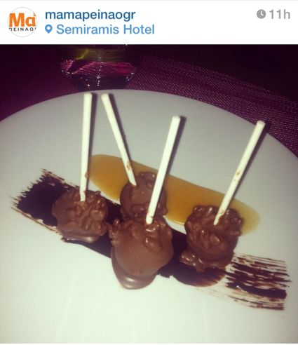 Lollipops σοκολάτας με rice crispy & σάλτσα butterscotch / Photo by #food portal mamapeinao.gr from Food & #Wine Experience at #Semiramis #Restaurant