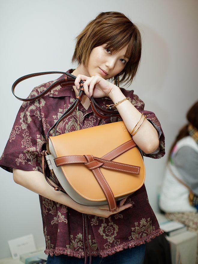 fbd6832e37cb ロエベの最新アイコンバッグ「ゲート」に夢中! | Tsubasa Honda 本田 翼 | Tsubasa honda、Street snap、 Fashion backpack