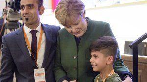 Afghanischer Junge will Merkels Hand berühren. (Screenshot: Reuters)