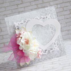 Wyjątkowy i oryginalny komplet wykonany metodą scrapbookingu. Ozdobiony materiałami najwyższej jakości: papierami, wycinankami, przepięknymi kwiatami, tekturkowym malowanym napisem oraz przeszyciami.  Po zakupie proszę o podanie imion młodej pary do wpisania w miejscu serduszka.  Komplet zawiera kartkę oraz pudełeczko. Wymiary kartki ok.14x14cm. Wymiary pudełeczka ok. 15x15cm.  Polecam!