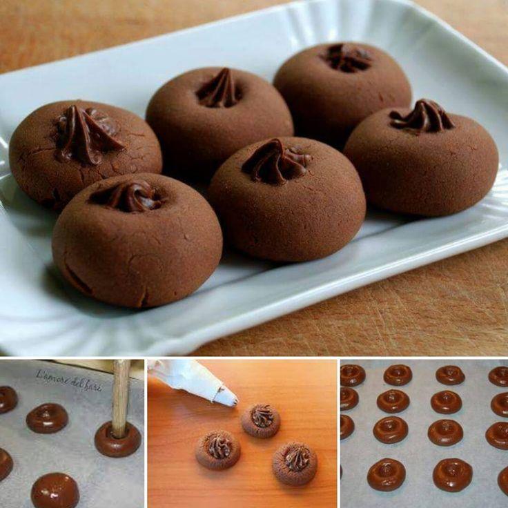 Ingrédients pour Nutellotti (25 biscuits) 180 grammes de Nutella à température ambiante 150 g de farine 1 oeuf (un oeuf moyen) Pour la garniture: 100 grammes de Nutella (ou, si vous préférez, de la confiture de fraise / cerise / griotte) Préparation: ajouter l'œuf au Nutella, bien mélanger et incorporer la farine (tamisée si