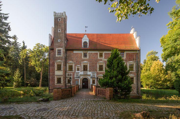 Zamek na Wodzie w Wojnowicach. Jego historia sięga XIV wieku. W XV w. należał do różnych rodów śląskich, m.in. von Schellendorf oraz von Krickov. W 1522 r. kupił go znany poeta Achatius Haunold, sprzedając go dwa lata później wrocławskiemu mieszczaninowi Mikołajowi von Schebitz. Obecnie funkcjonuje jako hotel.
