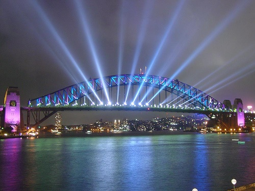 Sydney Harbour Bridge ubicado al lado de otro gran emblema, la Opera de Sidney. Construido por Dorman long and Co Ltd. Posee más de 130 metros sobre el nivel del mar.